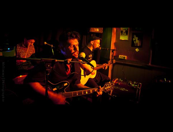 http://la-rose-noir.chez-alice.fr/BlogPhotoLoireAtlantique/concert_le_violon_dingue_nantes_slim_wild_boar/photo_concert_le_violon_dingue_nantes_2011_slim_wild_boar_style_blues_rockabilly_contry.jpg
