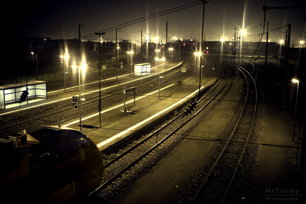 http://la-rose-noir.chez-alice.fr/BlogPhotoLoireAtlantique/gare_sncf_ter_saint_nazaire_direction_nantes_gloque_de_nuit_by_night_lumiere_mrtimmy_photographie.jpg