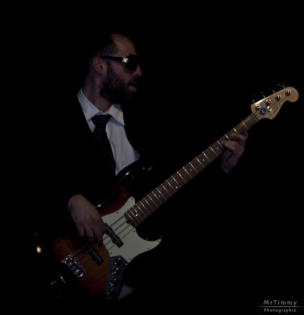 http://la-rose-noir.chez-alice.fr/BlogPhotoLoireAtlantique/les_nazairiennes_2011_ministere_magouille/Ministere_Magouille_musique_scene_concert_salle_jacques_brel_saint_nazaire_rock_festif_variete_francaise_chanson_mrtimmy_photographe_mr_timmy_basse_bassiste.jpg